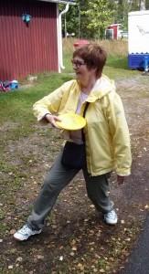 Vasemmiston jäsen Asta Ahlroth kokeilemassa frisbeegolfin puttausta.